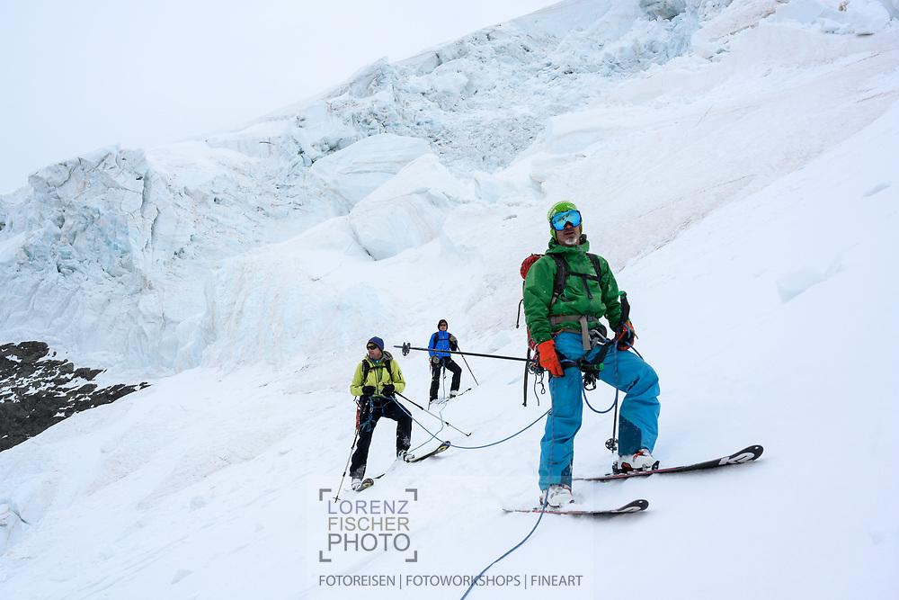 Abfahrt über den Morteratschgletscher auf einer Rundtour vom Berninapass auf die Forcula dal Caral, weiter über den Vadret da Palü auf das Altipiano di Fellaria zur Fuorcla Bellavista und über den Vadret da Morteratsch nach Morteratsch. Im Hintergrund ein gewaltiger Eisabbruch, bei dem Tausende Kubikmeter Eis niedergegangen sind, Graubünden, Schweiz<br /> <br /> Descent via the Morteratsch Glacier on a round trip from the Bernina Pass to the Forcula dal Caral, further via the Vadret da Palü to the Altipiano di Fellaria to the Fuorcla Bellavista and via the Vadret da Morteratsch to Morteratsch. In the background a huge ice slide in which thousands of cubic meters of ice have fallen, Graubünden, Switzerland