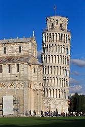 THEMENBILD - Der Turm war als freistehender Glockenturm (Campanile) für den Dom in Pisa geplant. 12 Jahre nach der Grundsteinlegung am 9. August 1173, als der Bau bei der dritten Etage angelangt war, begann sich der Turmstumpf in Richtung Südosten zu neigen. Daraufhin ruhte der Bau rund 100 Jahre. Die nächsten vier Stockwerke wurden dann mit einem geringeren Neigungswinkel, als den bereits bestehenden gebaut, um die Schieflage auszugleichen. Danach musste der Bau nochmals unterbrochen werden, bis 1372 auch die Glockenstube vollendet war. Hier im Bild Der Dom mit schiefen Turm (Campanile). Aufgenommen am 17. Oktober 2015 // The Leaning Tower of Pisa (Italian: Torre pendente di Pisa) or simply the Tower of Pisa (Torre di Pisa) is the campanile, or freestanding bell tower, of the cathedral of the Italian city of Pisa, known worldwide for its unintended tilt. It is situated behind the Cathedral and is the third oldest structure in Pisa's Cathedral Square (Piazza del Duomo) after the Cathedral and the Baptistery. The tower's tilt began during construction, caused by an inadequate foundation on ground too soft on one side to properly support the structure's weight. The tilt increased in the decades before the structure was completed, and gradually increased until the structure was stabilized (and the tilt partially corrected) by efforts in the late 20th and early 21st centuries. Pictured on October 17. 2015 in Pisa, Italy. EXPA Pictures © 2015, PhotoCredit: EXPA/ Johann Groder