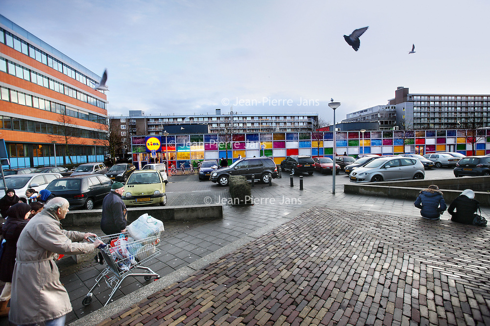 Nederland, Amsterdam , 20 januari 2012..Overtoomse veld gaat de goede kant op zoals hier op het August Allebéplein..Amsterdamse burgers zijn tevreden omtrent hun leefomstandigheden en woonbuurt zo blijkt uit de rapporten..Foto:Jean-Pierre Jans