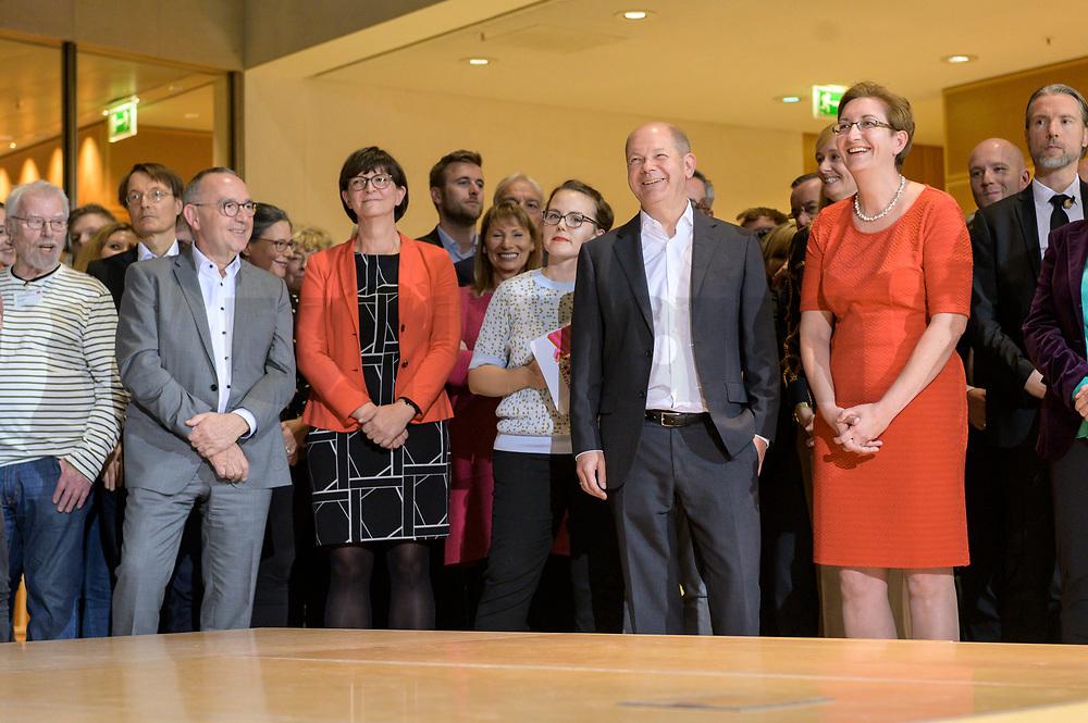 26 OCT 2019, BERLIN/GERMANY:<br /> Norbert Walter-Borjans, SPD, Landesminister a.D., Saskia Esken, MdB, SPD,  Sophie-Marie Heidenreich, SPD, Moderatorin, Olaf Scholz, SPD; Bundesfinanzminister, und Klara Geywitz, SPD Brandenburg, (v.L.n.R.), wahrend der Bekanntgabe der SPD-Mitgliederbefragung  zur Wahl des neuen Parteivorsitzes, Willy-Brandt-Haus<br /> IMAGE: 20191026-01-009<br /> KEYWORDS: Verkündung, Verkeundung