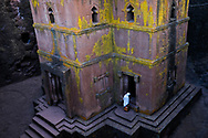 A devotee is about to enter the most famous and certainly one of the most suggestive of the churches of Lalibela, that of San Giorgio (Bet Giorgis): a cross carved into the rock from top to bottom.