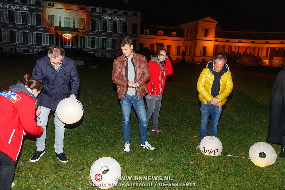 NLD/Soest/20181206 - KWF Kankerbestrijding onthult 3e editie lampionnenactie, Jeroen Snel, Wilfred Genee en Andre van der Toorn