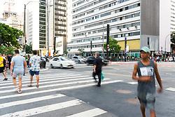 December 18, 2018 - SãO Paulo, Brazil - SÃO PAULO, SP - 18.12.2018: SÃO PAULO ATINGE 34 GRAUS NESTA TERÇA - People cross the pedestrian lane during the late afternoon of this Tuesday (18), where the heat hits 34º on Avenida Paulista in São Paulo, SP. (Credit Image: © Bruno Fernandes/Fotoarena via ZUMA Press)
