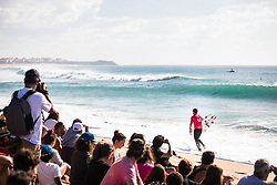 October 20, 2018 - Peniche, Portugal - French surfer Joan Duru prepares to enter the water  (Credit Image: © Henrique Casinhas/NurPhoto via ZUMA Press)