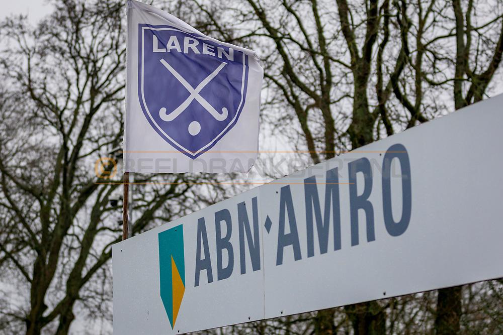 LAREN -  Hockey Hoofdklasse Dames: Laren v Pinoké, seizoen 2020-2021. Foto: Vlag Laren met bord ABN AMRO