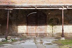 """La Villa deve il suo nome al patrizio Barlettano, il Marchese D. Raffaele Bonelli e suo figlio Giuseppe che nei primi decenni del XIX secolo l'hanno ristrutturata ed ampliata. .È immersa in un ampio giardino che si esente per 22.500 mq ed è circondato da un recinto murario; rappresenta un raro esempio di villa suburbana ottocentesca collocata in un articolato territorio agrario con ville, casini e masserie, scelte dalla nobiltà cittadina tra Sette e Ottocento come abitazioni o luoghi di villeggiatura. Il giardino conserva ancora l'impianto originario risalente alla prima metà del XIX secolo. Lungo il viale principale è situata """"pagliaia"""", una piccola costruzione circolare che consentiva la sosta durante le passeggiate. .Sul lato di sud-ovest è collocata una serra costruita interamente in ferro battuto su un basamento in pietra.La casa patronale è costruita su tre piani e si sviluppa su una pianta ad elle. Al pian terreno si trovano la sala da pranzo, la cucina ed altri locali di servizio, al secondo piano un ampio salone e le stanze di abitazione, all'ultimo piano gli alloggi della servitù. .Sul lato destro della villa sono situate le tettoie che servivano da ricovero per le carrozze e per i cavalli..All'interno del giardino sono situate diverse fontane, tra le quali una davanti all'ingresso ed un'altra sul retro della casa, e alcune statue raffiguranti divinità e personaggi tratti dalla mitologia classica. ."""