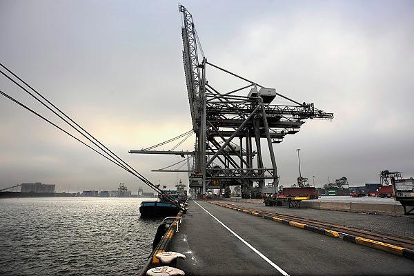 Nederland, Rotterdam, 12-12-2008Op de deltaterminal van ect worden containerschepen door grote hijskranen geladen en gelost. Door de teruglopende wereldhandel liggen sommige kades er verlaten bij.Foto: Flip Franssen/Hollandse Hoogte