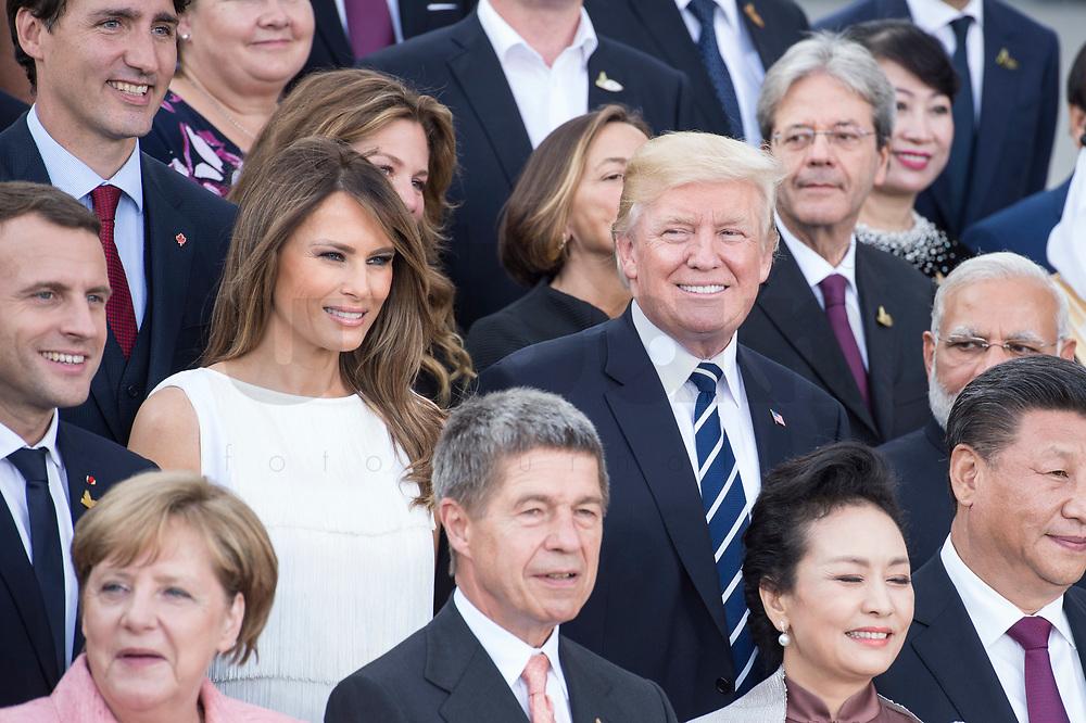 Melania Trump (Mi-L), Ehefrau von Donald Trump, und Donald Tump (Mi-R), Praesident Vereinigte Staaten von Amerika, USA, Familienfoto der G20 Teilnehmer und ihrer Partner vor der Elbphilharmonie<br /> IMAGE: 20170707-02-019<br /> KEYWORDS: G20 Summit, Deutschland, Elphi