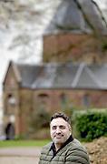 Nederland, Nijmegen, 8-12-2018Journalist en documentairemaker Sinan Can in het valkhof stadspark bij de Karolingische kapel die hij zijn favoriete plek in de stad vindt.Foto: Flip Franssen