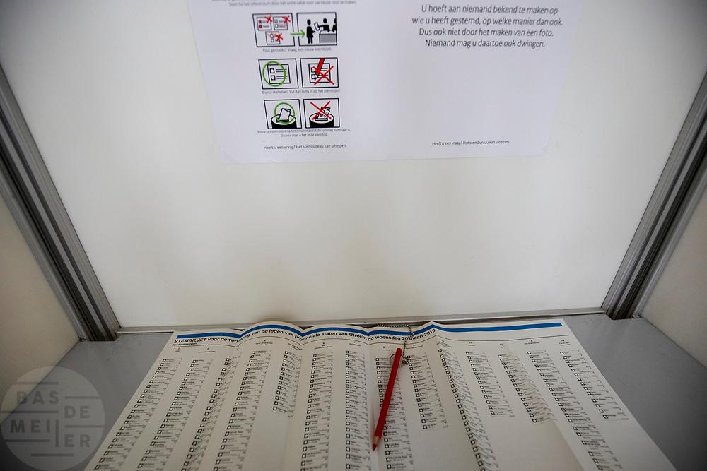 Stemlokaal in een gymzaal in de Utrechtse wijk Pijlsweerd voor de verkiezing voor de Provinciale Staten en het Waterschap.<br /> <br /> Voting booth at a gym in Utrecht.