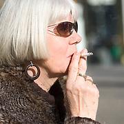 Nederland Rotterdam 21-03-2009 20090321Foto: David Rozing ..Vrouw van middelbare leeftijd rookt sigaret  Foto: David Rozing