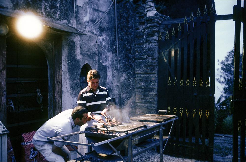 21 MAY 2000 - Garda (VR) - Gianluca Rana, industriale della pasta, prepara la cena a casa per alcuni amici.