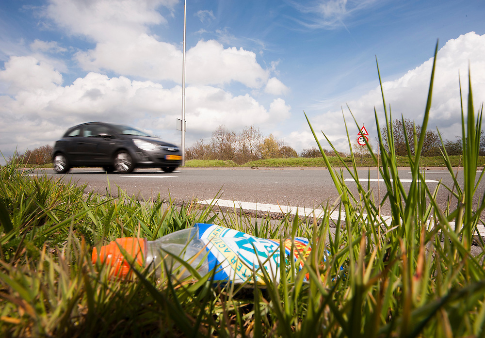Nederland, Amersfoort, 19 april 2012.Weggegooid plastic flesje..Dit soort flesjes zijn vrij van statiegeld en worden vaak weggegooid..Foto (c): Michiel Wijnbergh
