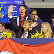NLD/Amsterdam/20190127 - Jumping Amsterdam, dag 3, Willem-Alexander en dochter Amalia zwaaiend naar bekenden