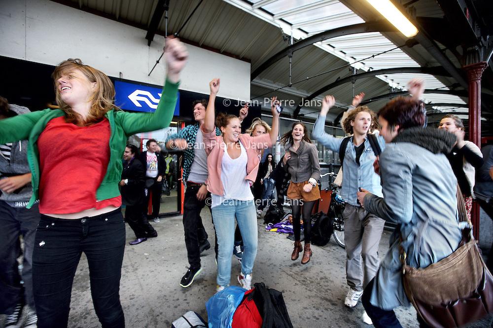 """Nederland, Amsterdam , 11 augustus 2011..Spontane van buitenaf georganiseerde  flashmob bestaande uit dans en muziek op het Centraal Station..Op verschillende plekken in de stad werden gisteren feestjes gegeven van maar 10 minuten. Compleet met dj's, coctaildame, discobol en vipruimte, georganiseerd door """"de Club""""..Foto:Jean-Pierre Jans"""