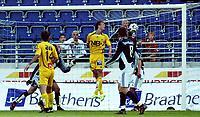 Fotball Cup NM<br /> 4 Runde <br /> Viking Stadion 20/07-06<br /> Viking - Bodø Glimt<br /> Foto: Sigbjørn Andreas Hofsmo, Digitalsport<br /> <br /> Peter Abelson header inn sin scoring og Runar Berg klarer ikke å stoppe den,