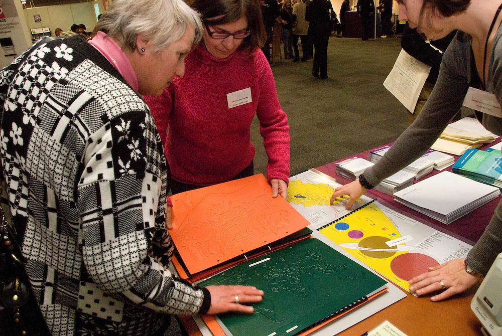 Houten, 28jan, 2010.Ziezo beurs voor visueel gehandicapten. topografische kaarten met braille en hoogteverschillen..(c)Renee Teunis.
