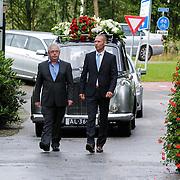 NLD/Leusden/20120920- Uitvaart Joop van Tellingen, rouwauto met huisvriend Guus