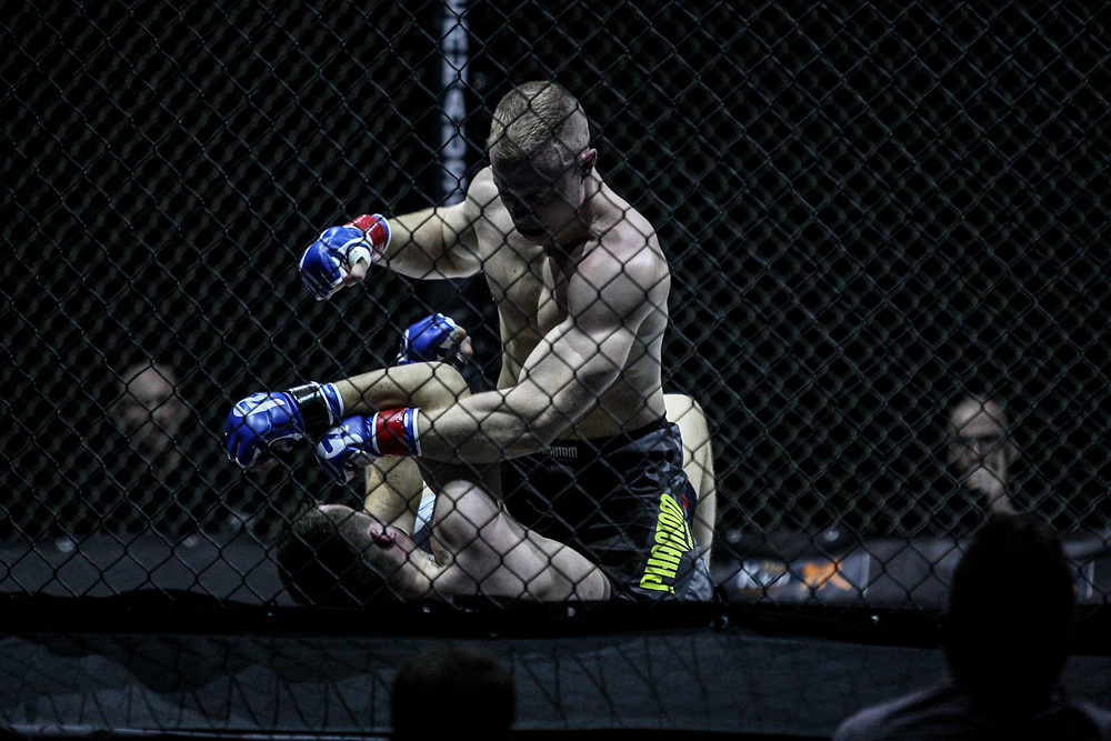Kampfsport: MMA, We love MMA, Oberhausen, 31.01.2015<br /> Christian Skorzik (JKD Akademie NRW, oben) - Daniel Duecker (Fight Center Siegen)<br /> © Torsten Helmke