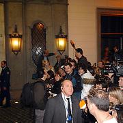 ITA/Rome/20061117 - Huwelijk Tom Cruise en Katie Holmes, fotografen en cameraploegen verdringen zich voor het hotel