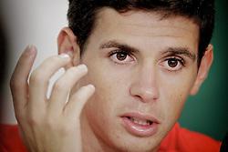 O meia Oscar, do Internacional, durante sessão de fotos no vestiário do clube. O jogador é alvo de disputa jurídica entre o São Paulo e o Internacional. Ele indicou que não pretende atender o pedido da diretoria tricolor e se reunir pessoalmente com os cartolas do seu ex- clube. FOTO: Jefferson Bernardes/Preview.com