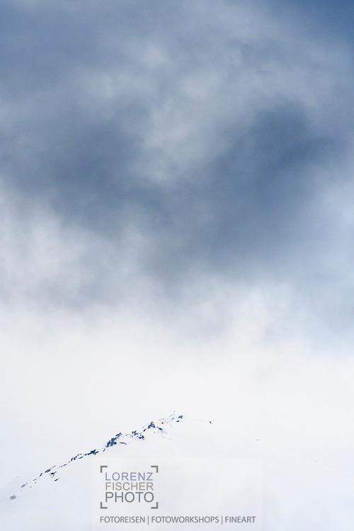 Nebel am Gipfel des Piz Mez, Savognin, Parc Ela, Graubünden, Schweiz<br /> <br /> Fog at the summit of Piz Mez, Savognin, Parc Ela, Grisons, Switzerland