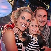 NLD/Hilversum/20110211 - 3de Liveshow SBS Sterren Dansen op het IJs 2011, Vivian Reijs met dochter Day en ex man John Ewbank