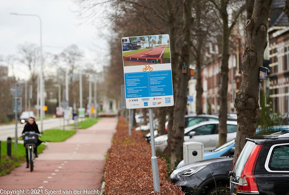 Plasticroad, een fietspad gemaakt van gerecycled plastic aan de Deventerstraatweg in Zwolle. De Plasticroad is een pilotproject. Het fietspad is 30 meter lang en is gemaakt van 1000 kilo gerecycled plastic.    Plasticroad, a bicycle path made from recycled plastic on Deventerstraatweg in Zwolle. The Plasticroad is a pilot project. The cycle path is 30 meters long and is made from 1000 kilos of recycled plastic