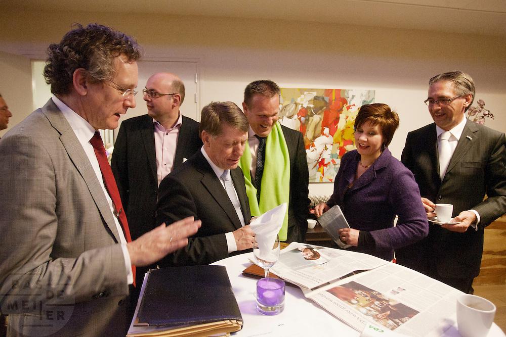 De kandidaten voor het voorzitterschap van het CDA (van links naar rechts Jan de Visser, Martijn Vroom,  Sjaak van de Tak, Ton Roerig, Ruth Peetoom en Ronald Zoutendijk) bekijken een artikel in de krant over de campagne van Ruth Peetoom. De kandidaten presenteren zich aan de leden in een zaal in Eindhoven.