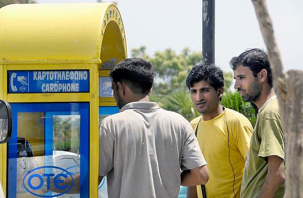 Griekenland, Alexandroupolis, 11-6-2011Pakistaanse immigranten bij een telefooncel in de havenstad, Zij zijn door mensensmokkelaars de grens met Turkije overgebracht. Illegale migranten in het uiterste noordoosten van Griekenland, vlakbij de Turkse grens. Volgens een rapport van de VN en Frontex komt 88 procent van de vluchtelingen naar de Europese Unie via Griekenland.Foto: Flip Franssen