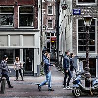 Nederland, Amsterdam, 28 september 2016.<br /> EigeNederland, Amsterdam, 28 september 2016.<br /> Eigen Raam is een project voor en door sekswerkers in Amsterdam. Zij gaan zelf een raamverhuurbedrijf runnen in het Wallengebied. De vier panden zijn: Boomsteeg 1, Oudezijds Achterburgwal 17, 19 en 27.<br /> Het doel van Eigen Raam is om de positie als sekswerkers te versterken. Dat houdt in: <br /> Zeggenschap: arbeidsomstandigheden zoals werktijden, verhuurvoorwaarden bij onder anderevakantie of ziekte.<br /> Prettige sfeer en gezellige huiskamer: koffie of een praatje met collega's in een leuke ruimte.<br /> De winst besteden aan de positieverbetering van sekswerkers: cursussen, verzekeringen, et cetera.<br /> <br /> Foto: Jean-Pierre Jans