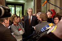 10 DEC 2003, BERLIN/GERMANY:<br /> Henning Scherf, SPD, 1. Buegermeister Bremen, im Gespraech mit Journalisten, waehrend einer Unterbrechung der Sitzung des Vermittlungsausschusses, Bundesrat<br /> IMAGE: 20031210-01-059<br /> KEYWORDS: Journalist
