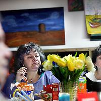 Nederland, Amsterdam , 24 maart 2014.<br /> Een vrouwenclub luncht samen en volgen cursussen in inloophuis Centrum PS.<br /> Centrum PS is een inloophuis van Stichting Volksbond Amsterdam. Het biedt werk en <br /> activiteiten voor en door mensen met beperkingen op verschillende levensgebieden. In een <br /> sfeer die participatie en eigen initiatief bevordert. <br /> <br /> <br /> Foto:Jean-Pierre Jans