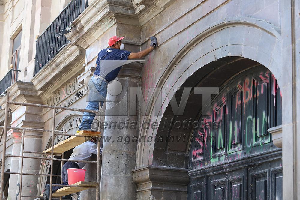 Toluca, México.- Personal de servicios generales realiza labores de limpieza en la fachada de la Cámara de Diputados local, luego de que el colectivo feminista, que mantenía el plantón desde el pasado 9 de marzo, se retirara. Agencia MVT / Ramsés Mercado