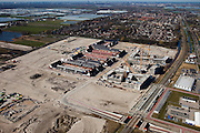 Nederland, Zuid-Holland, Pijnacker, 20-03-2009; Pijnacker-Zuid met nieuwbouw op het opgespoten zand in de Zuidpolder van Delfgauw. Rechtsonder station Pijnacker-Zuid van de Randstadrail. Op het middenplan de eerdere nieuwbouwwijk Klapwijk en de oude dorpskern, links het kassengebied bij Delfgauw. Aan de horizon in  het midden Den Haag. Zeer intensief gebruik van de ruimte, voor zowel land- en tuinbouw alsook woningbouw. .Area development. A new housing estate on a site in the polder raised with fluid sand. Center of the picture  the old village nucleus,  left the greenhouses area. Very intensive use of space, for both agriculture and horticulture and housing..Swart collectie, luchtfoto (toeslag); Swart Collection, aerial photo (additional fee required); .foto Siebe Swart / photo Siebe Swart