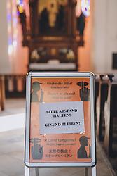 THEMENBILD - Hinweisschild in der Kirche der Marktgemeinde während der Corona Pandemie, aufgenommen am 17. April 2019 in Hallstatt, Österreich // Information sign in the church of the village during the Corona Pandemic in Hallstatt, Austria on 2020/04/17. EXPA Pictures © 2020, PhotoCredit: EXPA/ JFK