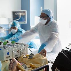 Extrait du reportage au long cours Covid19 ce que veut dire être soignant publié aux éditions Byakko en décembre 2020. <br /> Suivi du quotidien des équipes de l'hôpital d'instruction des armées Bégin de Saint-Mandé pendant la première vague de l'épidémie de coronavirus en France. Pendant 3 mois, la photographe a partagé le quotidien des personnels de garde : infirmières, aide-soignants, médecins, manipulateurs-radio, etc. au sein des différents services consacrés aux victimes du Covid-19. <br /> <br /> Avril-Juillet 2020 / Saint-Mandé (94) / FRANCE<br /> <br /> Faute de place à l'hôpital Jean Verdier de Bondy quand il a été présenté aux urgences, un patient touché par une forme sévère de Covid est emmené par le SAMU à l'hôpital Bégin. Il est installé dans une chambre du service de réanimation de fortune libérée quelques heures plus tôt par l'évacuation en train d'un patient vers la région Bretagne. <br /> <br /> Découvrir le livre Covid19 ce que veut dire être soignant https://byakko.fr/boutique/livre-covid19-ce-que-veut-dire-etre-soignant/<br /> Voir plus de photos de ce reportage (55 photos) https://sandrachenugodefroy.photoshelter.com/gallery/2020-04-Covid19-ce-que-veut-dire-tre-soignant/G0000_uUmPCIj7oo/C0000yuz5WpdBLSQ