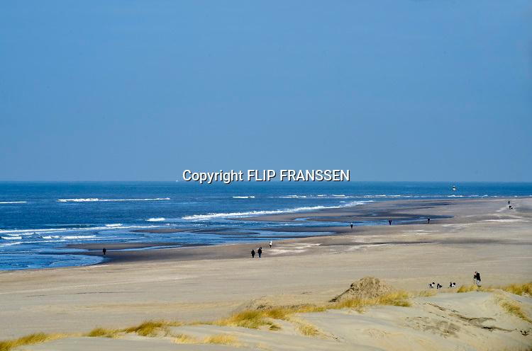 Nederland, Ter Heijde, 26-3-2018De zandmotor is een opgespoten zandvlakte voor de kust op een kwetsbare plek. Dit schiereiland zorgt ervoor dat de kust tussen Hoek van Holland en Scheveningen op natuurlijke wijze aangroeit waardoor het meer bescherming geeft tegen de zeespiegelstijging. Mensen, recreanten, wandelen of laten hun hond uit . Foto: Flip Franssen