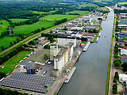 Nederland, Gelderland, Gemeente Lochem, 21–06-2020; Twentekanaal in Lochem, bedrijventerrein Kwinkweerd met ForFarmers Group op bedrijventerrein Kwinkweerd. Twente Canal in Lochem, business park with ForFarmers Group.<br /> luchtfoto (toeslag op standaard tarieven);<br /> aerial photo (additional fee required)<br /> copyright © 2020 foto/photo Siebe Swart