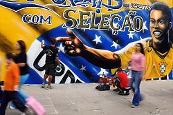 Ainda faltam 50 dias, mas aos poucos Porto Alegre, terra natal do melhor jogador do Mundo começa a exibir os primeiros sinais da Copa da Alemanha. Na esquina da Rua Marcílio Dias com a Avenida Erico Verissimo, um grafiteiro do bem capricha no seu mural, já pensando no sucesso do Hexacampeonato.FOTO: Jefferson Bernardes/Preview.com