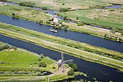 Nederland, Zuid-Holland, Kinderdijk, 04-07-2006; boezems van de polder Nieuw-Lekkerland, onderdeevan de Alblasserwaard; twee windmolens, onderdeevan de gehele reeks molens zoals gebruikt voor het droogmalen van de polder en voor de waterhuishouding (het bemalen); de molens behoren bij het wereld cultureeerfgoed (Unesco); watermolens, boezemwater, waterbeheer; toerisme,  bezienswaardigheid, waterland, waterbeheer, infrastructuur, windenergie geschiedenis, landschap; zie ook andere luchtfoto's van deze lokatie..Windmills for pumping the water out of the polder (the drainage). The Mill Network at Kinderdijk-Elshout is part of the  World Heritage of Unesco. More pics available of this location..luchtfoto (toeslag); aerial photo (additional fee required); .foto Siebe Swart / photo Siebe Swart