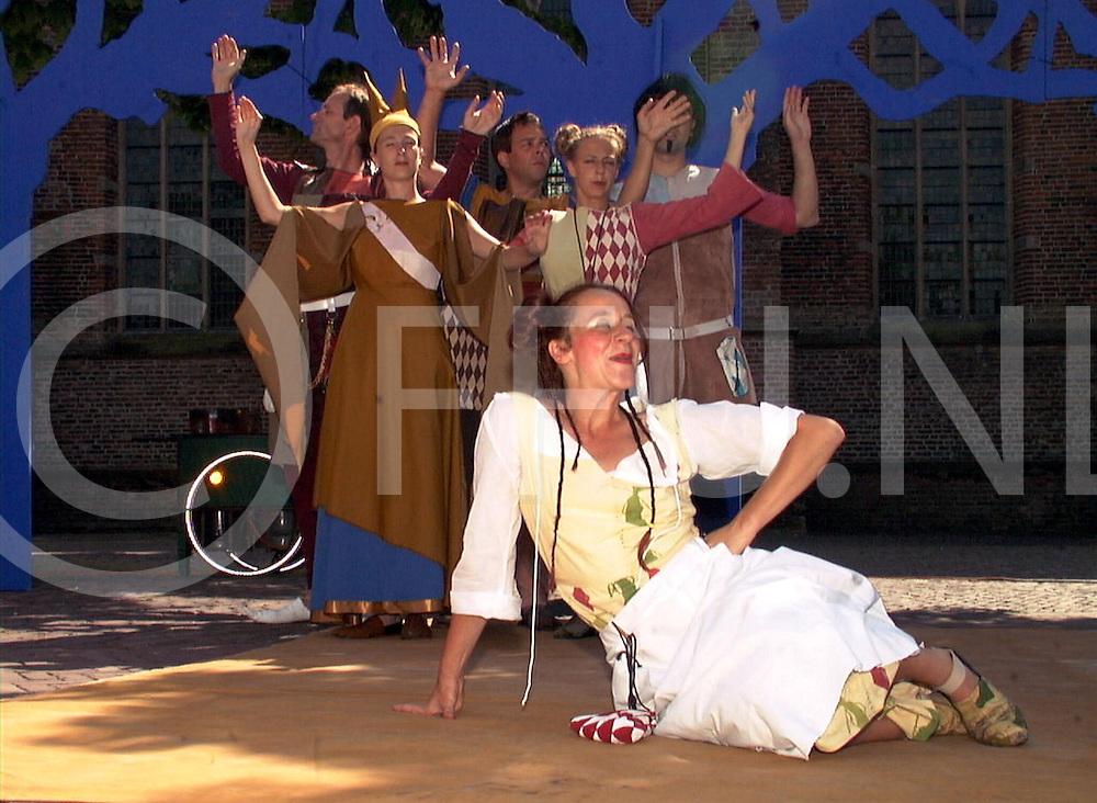 fotografie frank uijlenbroek©2001 michiel van de velde.010801 olst ned.theatergroep smeedwerk met het stuk ducatenkoorts op het kerkplein.