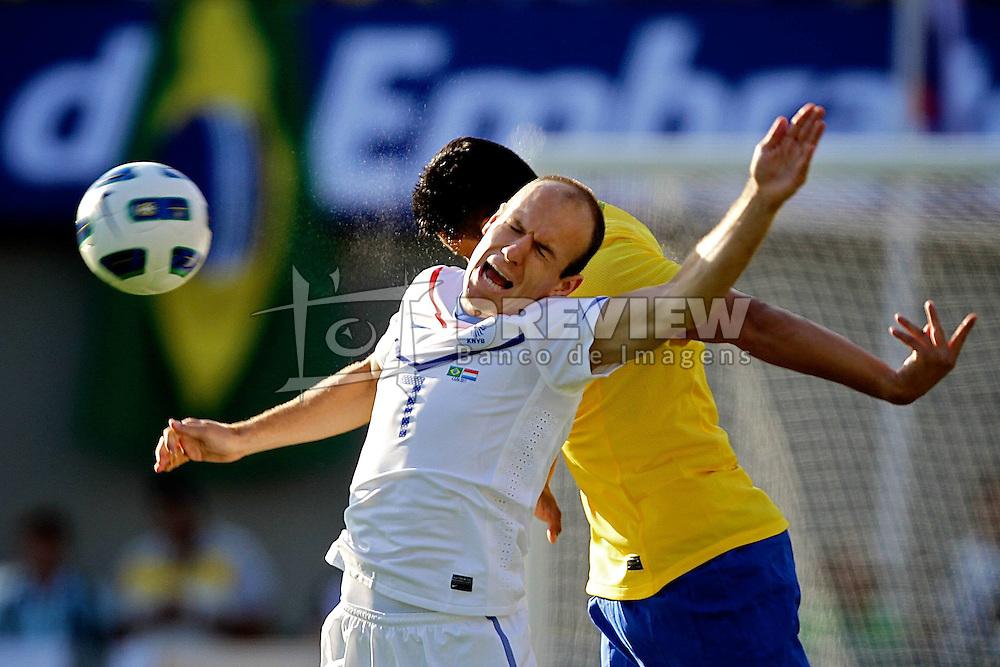 Arjen Robben disputa bola com André Santos durante o jogo amistoso entre as seleções de Brasil e Hoalnda no estádio Arena da Baixada, em Goiânia, Brasil, em 04 de junho de 2011. FOTO: Jefferson Bernardes/Preview.com