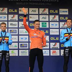 10-11-2019: Wielrennen: Europees Kampioenschap Veldrijden: Silvelle <br />Mathieu van der Poel is in Silvelle Europees kampioen geworden in het veld. De Nederlander volgde zichzelf op als kampioen. In de slotronde wist Van der Poel Iserbyt af te schudden.  Derde werd Laurens Sweeck.