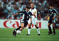 Fotball<br /> Foto: Colorsport/Digitalsport<br /> NORWAY ONLY<br /> <br /> Matias Almeyda (Argentina) Alan Shearer (Eng) Argentina v England<br /> World Cup Finals 1998. 30/6/98
