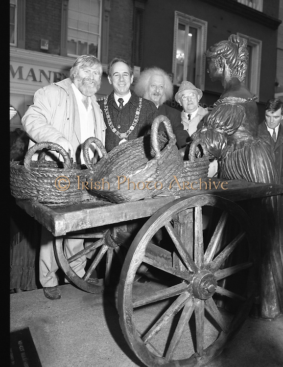 "Molly Malone Statue Unveiled. (R93)..1988..20.12.1988..12.20.1988..20th December 1988..""Dublin's Fair City"" received a millenniun gift to commemorate her most famous daughter, Molly Malone, when Jurys Hotel Group plc presented a specially commissioned sculpture to the people of Dublin. The sculpture was formally handed over by Michael McCarthy, MD,Jurys Hotel Group, to the Lord Mayor of Dublin, Councillor Ben Briscoe, TD, in an unveiling ceremony today at the corner of Grafton Street, Suffolk Street and Nassau Street..Molly Malone was created and fashioned in her traditional 17th century dress by Dublin born artist, Jeanne Rynhart, who was selected from a number of entries for the statue design, by the Dublin Millennium Board...'Dubliners' Eamon Campbell and John Sheehan stand with Dublin Lord Mayor,Ben Briscoe at the statue of Molly Malone in Dublin City Centre."