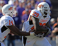 Oklahoma State running back Mike Hamilton (29) take a hand off from quarterback Bobby Reid (14) against Kansas State at Bill Snyder Family Stadium in Manhattan, Kansas, October 7, 2006.  The Wildcats beat the Cowboys 31-27.<br />
