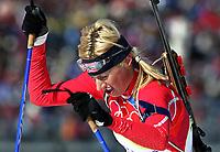 OL 2006 Cesana San Sicaro <br />Skiskyting 13.02.2006 <br />Foto: Sigbjørn Hofsmo, Digitalsport <br /><br />Gunn Margit Andreassen sliter seg opp en bakke - NOR Norge