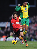 Norwich City's Leroy Fer (right) and Manchester United's Shinji Kagawa (left) battle for the ball.