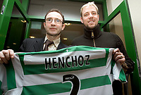 Fotball<br /> Skottland 2004/05<br /> Stephane Henchoz presenteres som ny Celtic-spiller. Her sammen med manager Martin O`Neill<br /> 28. januar 2005<br /> Foto: Digitalsport<br /> NORWAY ONLY